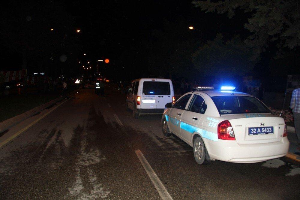Aynı yönde seyrettiği araca çaptıktan sonra karşı şeride geçen otomobil, bankete çarparak durabildi