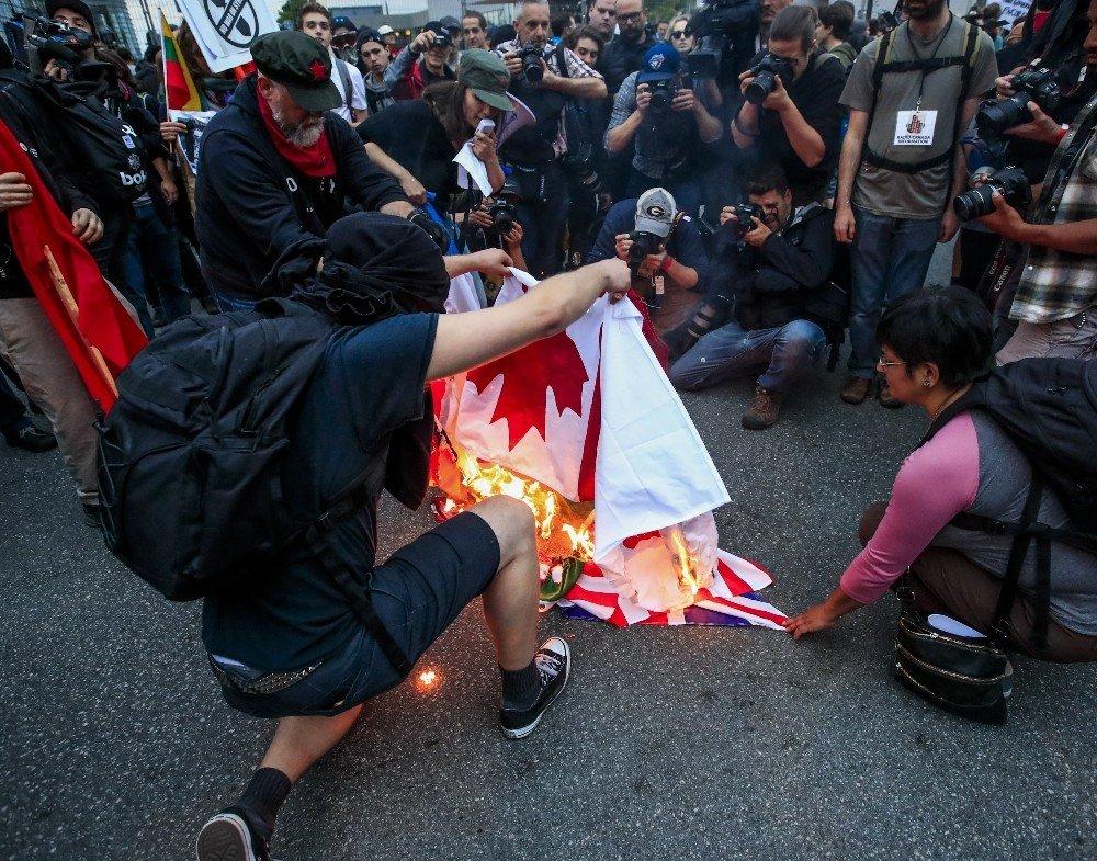 G7 liderleri toplantıda, halk protestoda