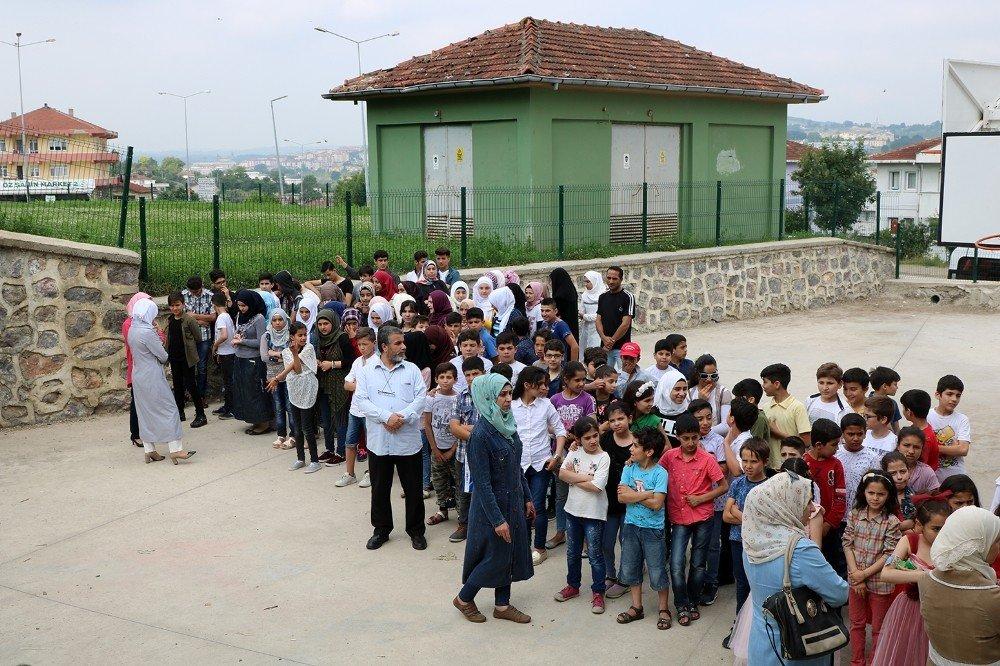 Sığınmacı minikler karne heyecanı yaşadı