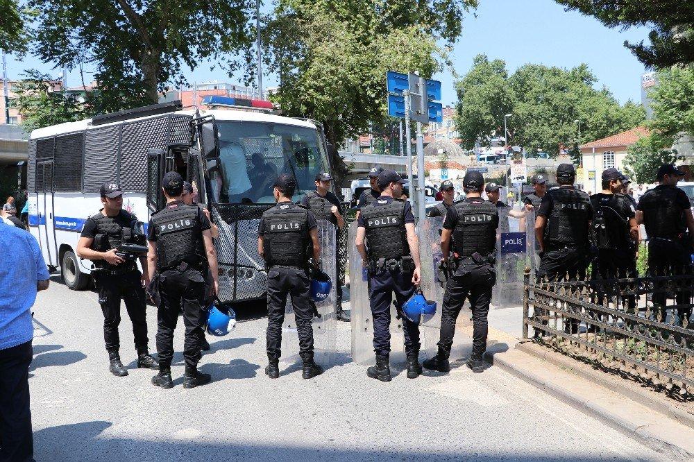 Kartal'da oturma eylemi yapan gruba polis müdahalesi: 8 gözaltı