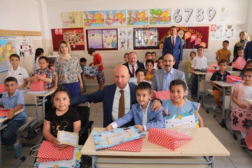 Başkan Çolakbayrakdar öğrencilerin karne heyecanını paylaştı