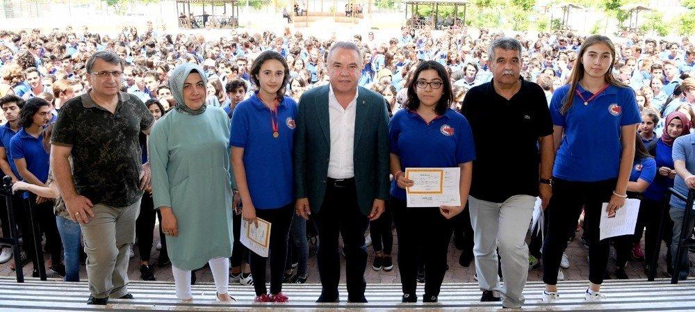 Başkan Böcek'ten öğrencilere karne hediyesi