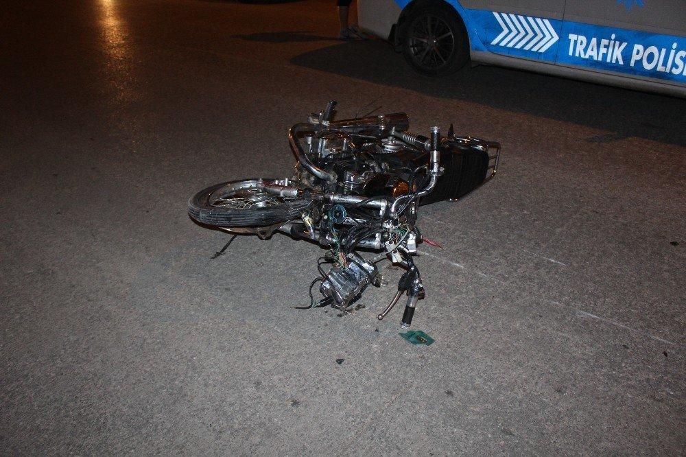 Motosiklet kamyonete çarptı: 1 Ölü, 1 Yaralı