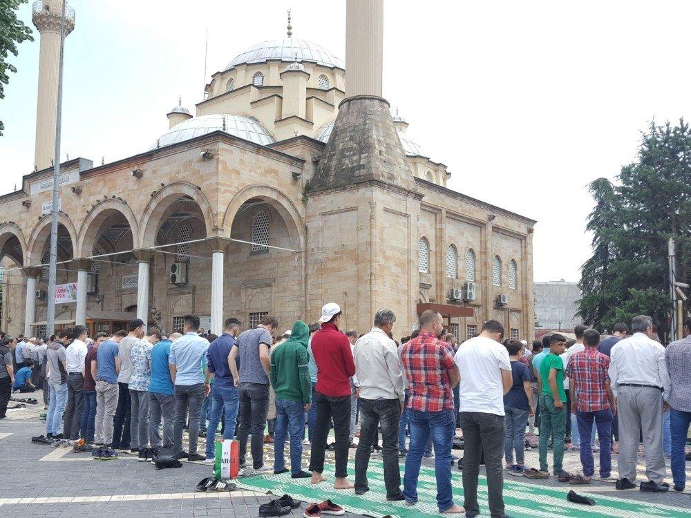Ramazanın son Cumasında camiler doldu