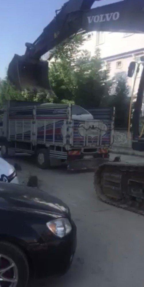 Otomobili kepçeyle kamyonetin kasasına yükledi