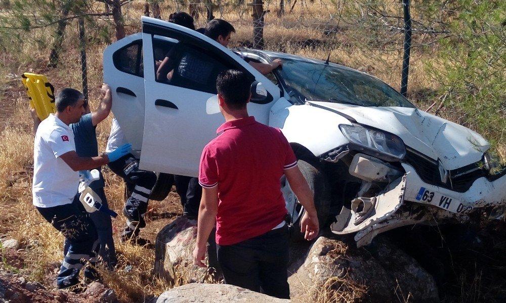 Şanlıurfa'da virajı alamayan otomobil şarampole devrildi