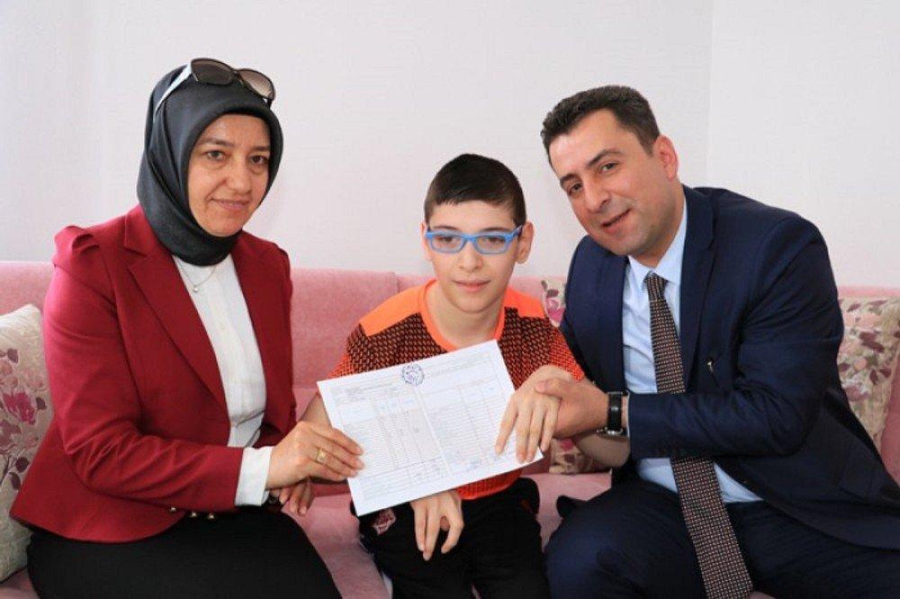 Serebral Palsi hastası üçüzlerin evde karne sevinci