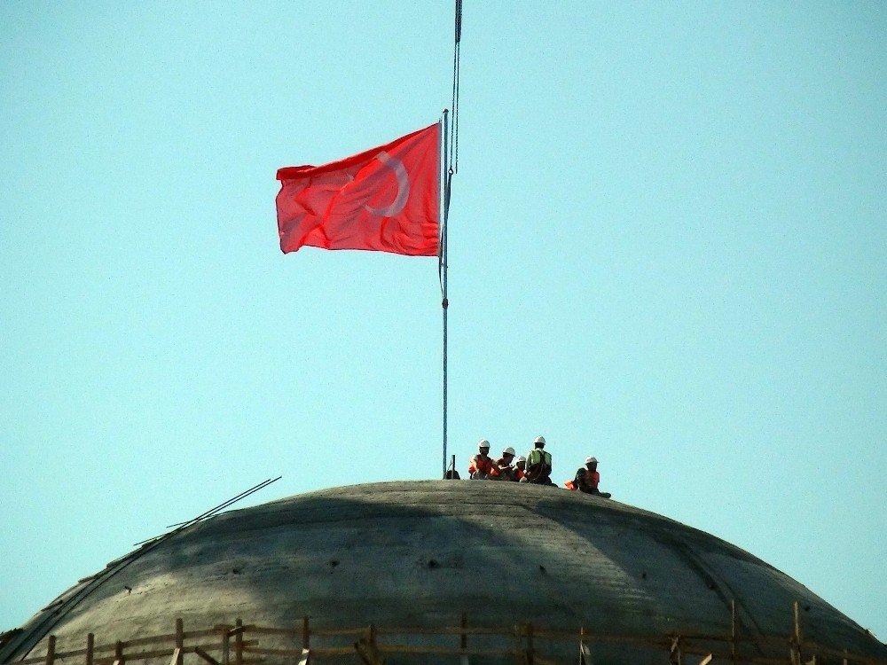 Taksim Camii'ne devasa Türk bayrağı asıldı