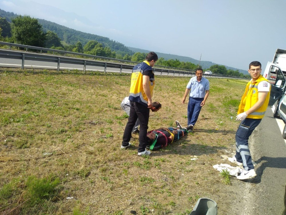 TEM Otoyolunda midibüs devrildi: 2 yaralı