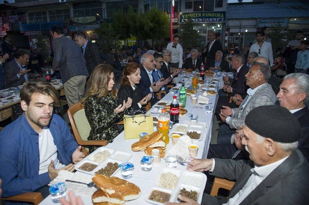Vali Murat Zorluoğlu, iftarını Muradiye'de vatandaşla açtı