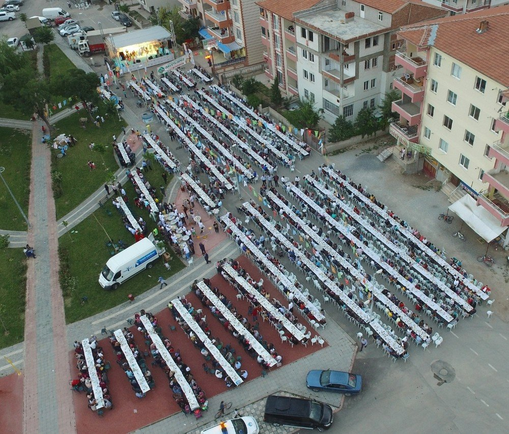 Binlerce kişi aynı sofrada iftar açtı