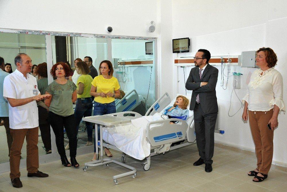 ADÜ Tıp Fakültesi öğrencileri simülasyon laboratuvarında