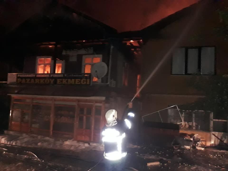 Mengen'de, 2 ev yangında kullanılmaz hale geldi