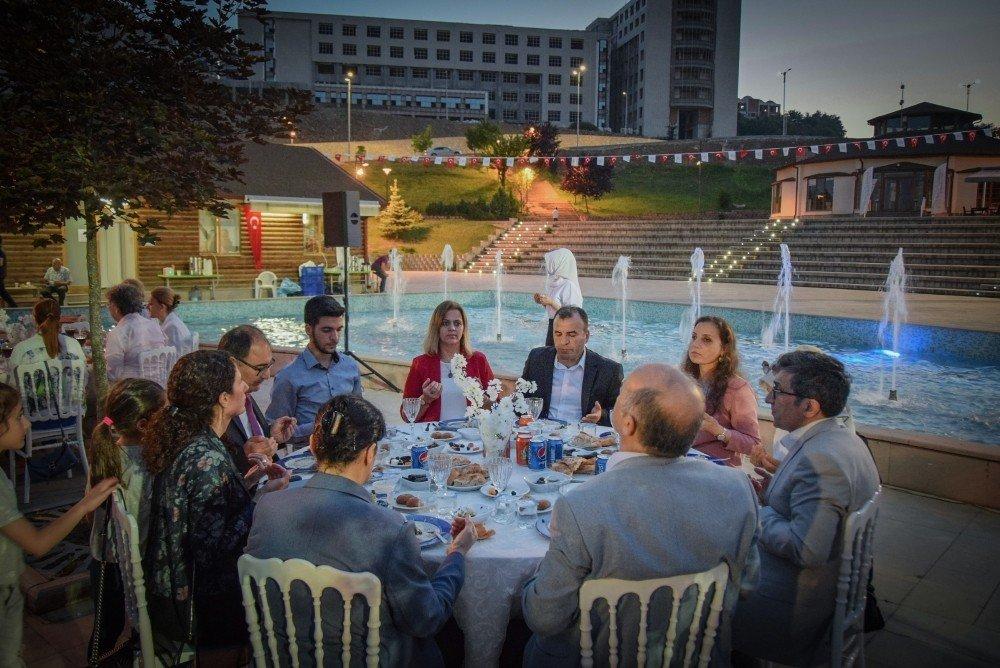 Düzce Üniversitesi hastanesi personeli iftarda bir araya geldi