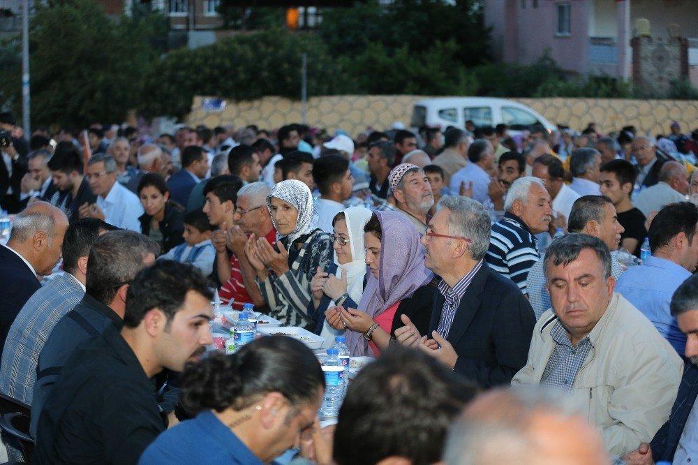 Gaziantep'te 7 ilçede kurulan sofralarda 20 bin kişi iftar açtı