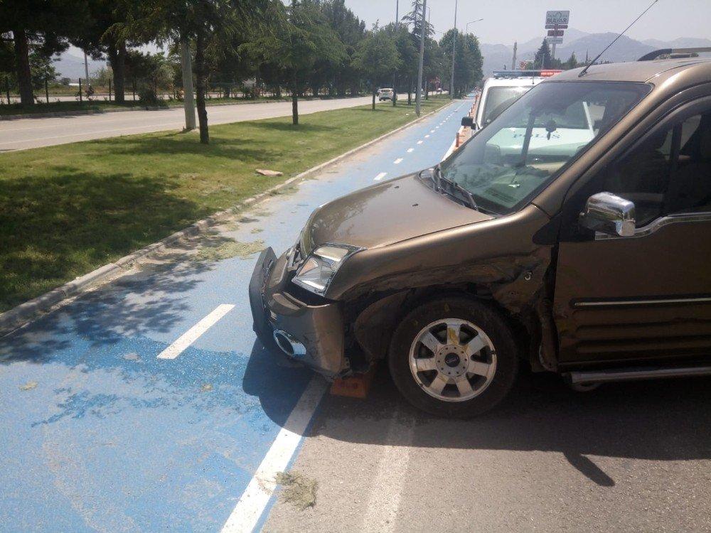 Servis yolunda trafik kazası: 3 yaralı