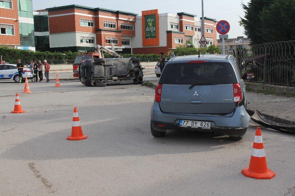Otomobille çarpışan minibüs yan yattı
