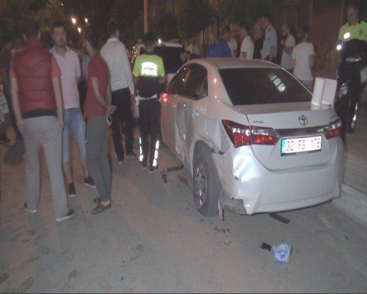 Kontrolden çıkan spor otomobil bankete ve park halindeki araçlara çarptı: 2 yaralı
