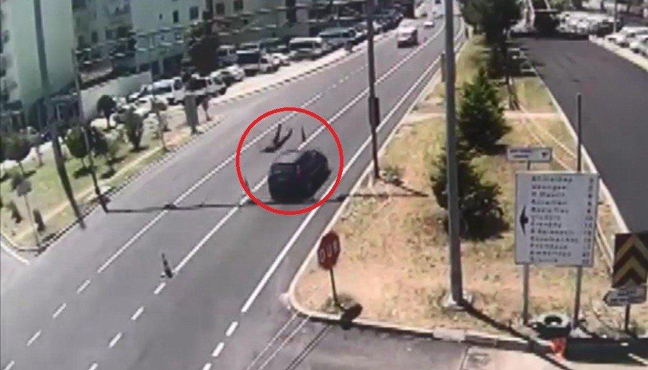 Otomobilin uzman çavuşa çarptığı kaza kamerada