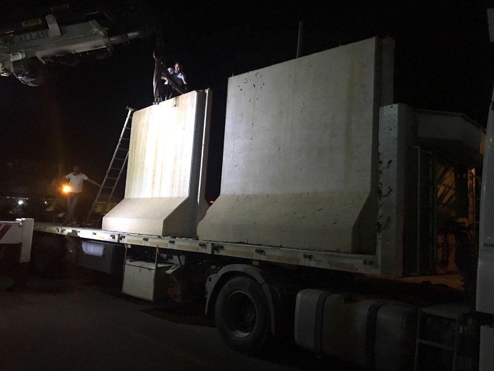 Viranşehir'de belediye önüne kurulan beton bariyerler kaldırıldı