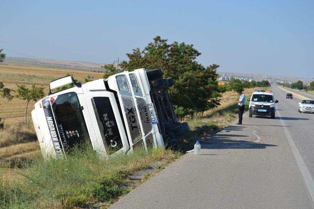 Konya'da buğday yüklü tır devrildi: 1 yaralı
