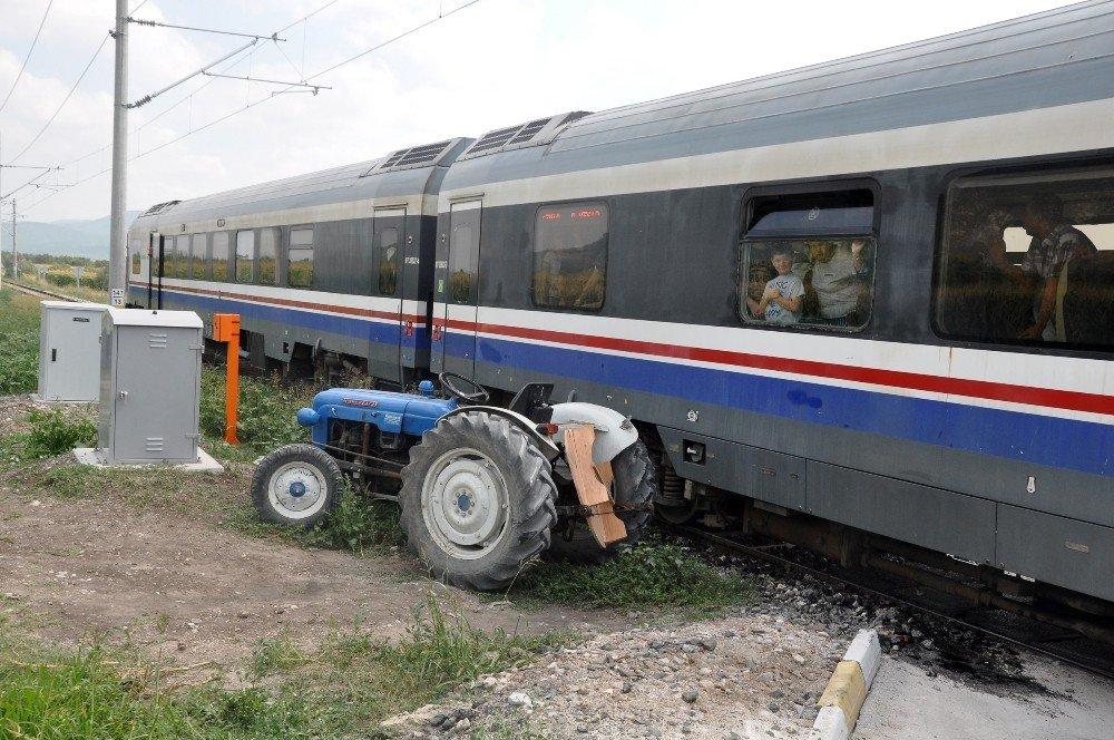 Tren traktörle çarpıştı: 2 yaralı