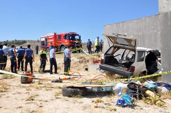 Otomobil, üst geçidin ayağına çarptı: 2 ölü, 4 yaralı