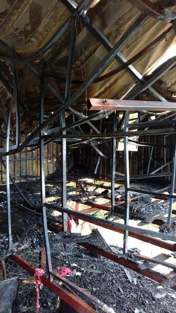 Elektrik kontağından çıkan yangın evi kullanılamaz hale getirdi