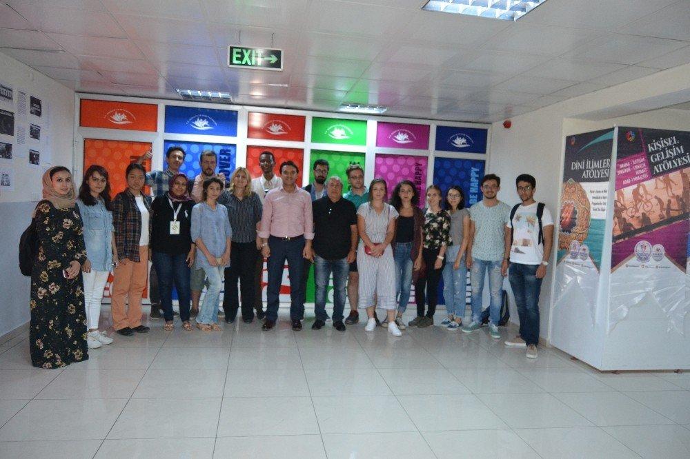 18 farklı ülkeden 22 öğrenci Afyonkarahisar'da çini eğitimi alıyor