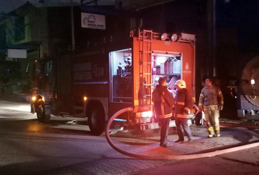 Başakşehir'de silikondan mutfak araç gereçleri üretilen fabrika alev alev yandı