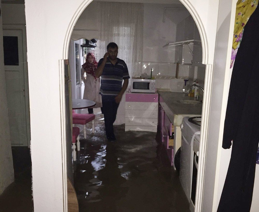 Bursa'da selde 2 çocuk evde mahsur kaldı