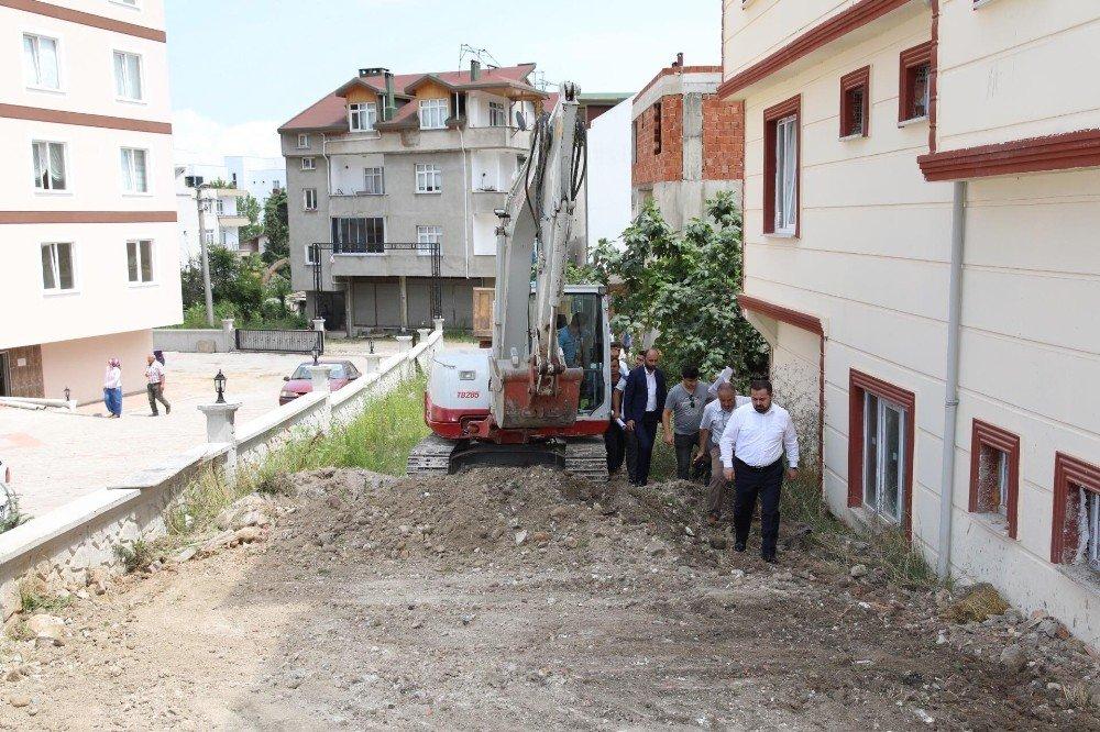 Başkan Aktepe, parke ve yol yapılacak alanda incelemelerde bulundu