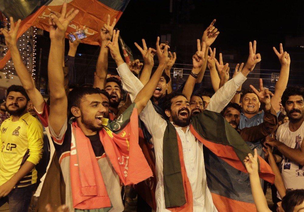 Pakistan seçimlerinde eski kriketçi galibiyete yakın