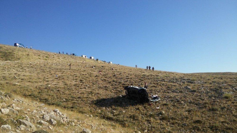 Direksiyon hakimiyeti kaybolan araç uçurumdan yuvarlandı: 1 ölü, 4 yaralı