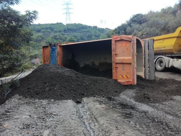 Toprak yüklü kamyon yan yattı
