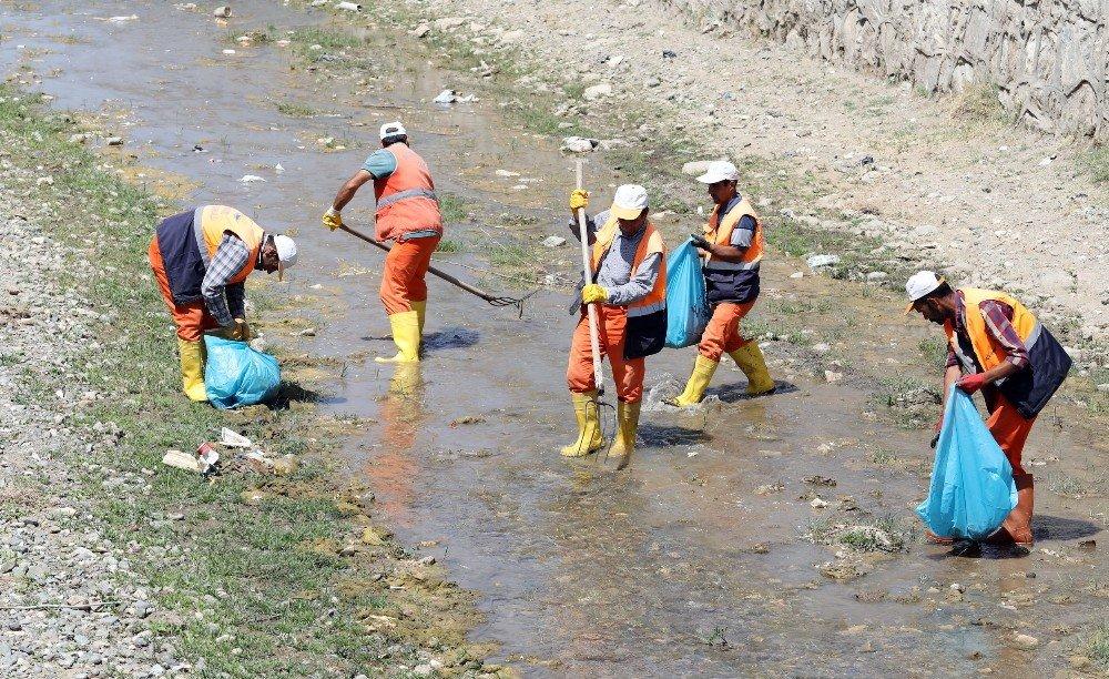 Van Gölü'ne dökülen derelerde temizlik çalışması