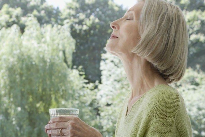 İdrar kaçırma sorunu yaşayan kişilerin en büyük hatası su içmeyi bırakmak