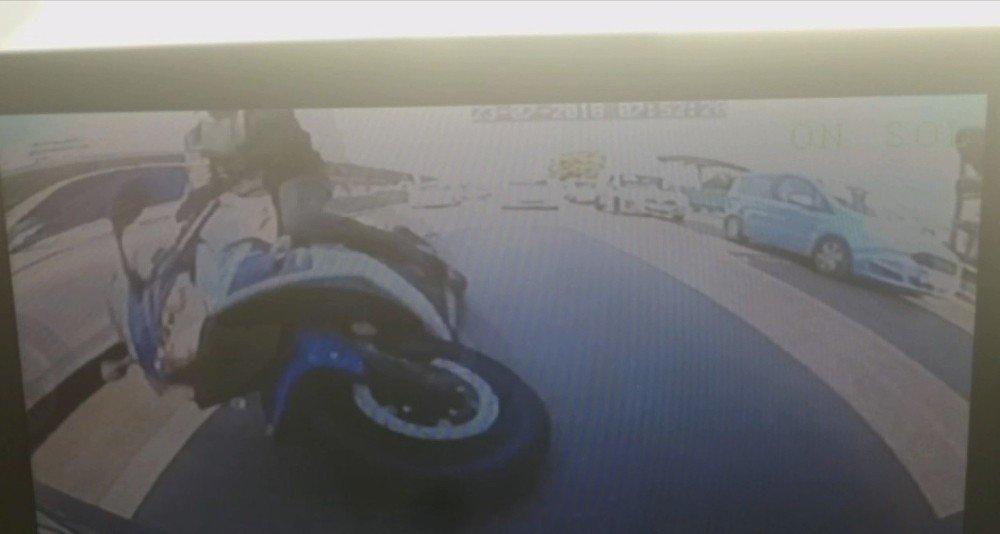 Bursa'da motosiklet kazası kameralara yansıdı, sürücü kılpayı ölümden döndü