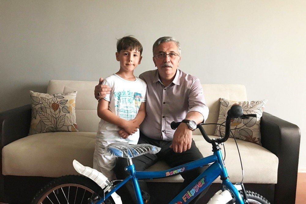 Başkan Çetin'den çocuklara hediye