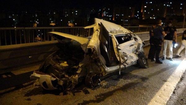 TIR otomobile çarparak devrildi: 3 yaralı