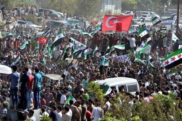 İdlib'de, binlerce kişi protesto gösterisi düzenledi
