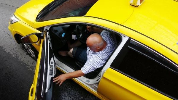 Taksi alt geçitte mahsur kaldı