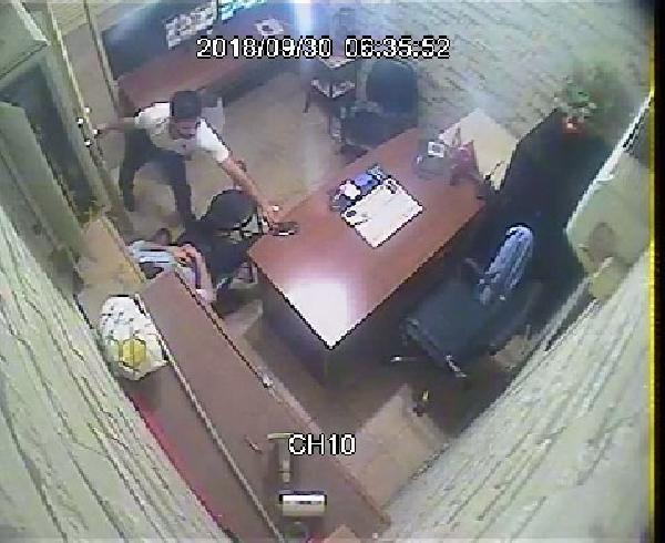 Uyuyan iş yeri sahibinin cep telefonunu çaldı