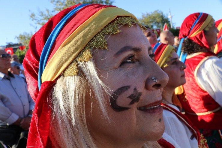 Binlerce kadın aynı anda İstiklal Marşı ve Andımız'ı okudu
