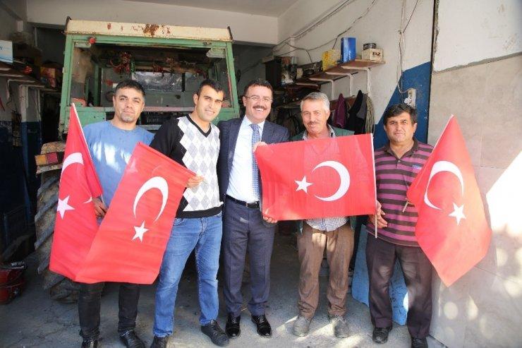 Başkan Taşçı, Türk bayrağı dağıttı