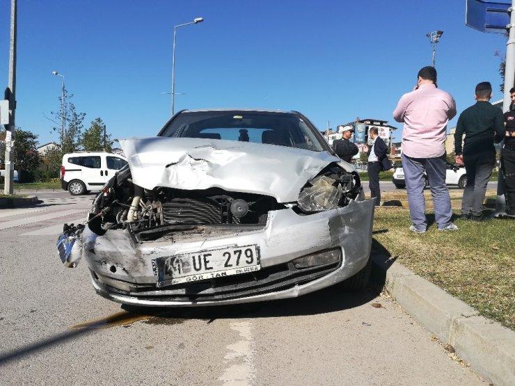 İki otomobil kavşakta birbirine girdi: 5'i çocuk 6 yaralı