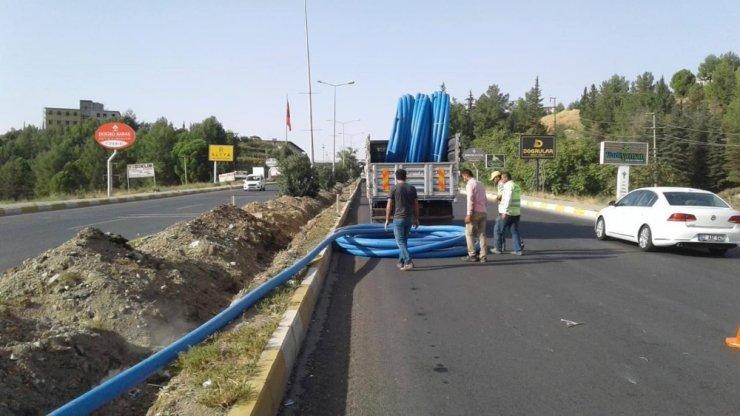 Atatürk Bulvarındaki refüje otomatik sulama sistemi hattı döşeniyor