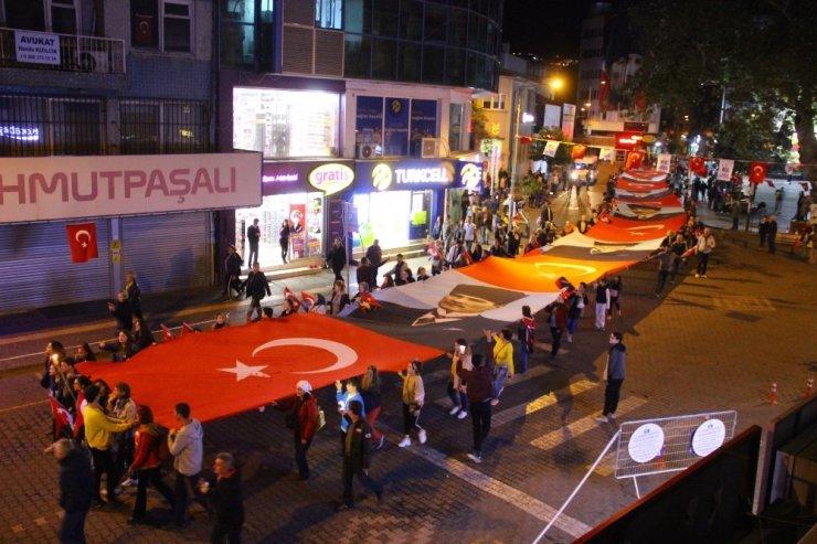 Edremit 250 metre uzunluğundaki bayrak ve Atatürk Posterleri korteji ile cumhuriyet için yürüdü