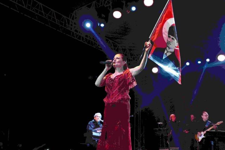 Kuşadası'nda Candan Erçetin konseri