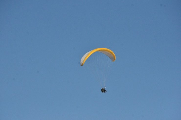 Erzincan Valisi paraşütle uçtu